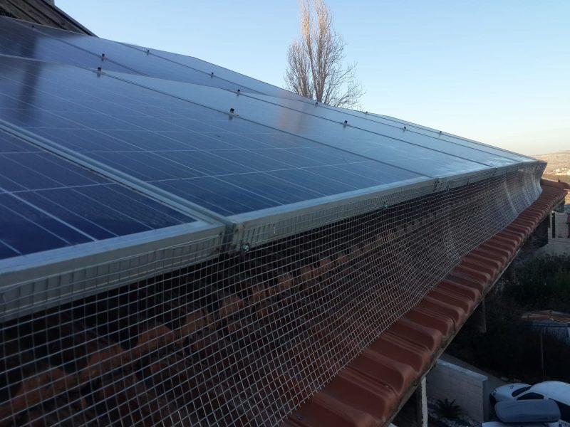 """רשתות מתכתיות לגגות עם פנלים סולאריים. """"נשר הרחקת יונים""""."""