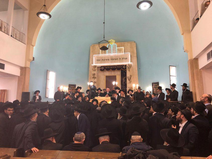 הלווויתו של הרב יעקבוביץ' בבית הכנסת הגדול