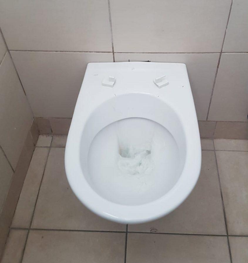 אסלה שבורה בשירותים באולם הספורט בברנר