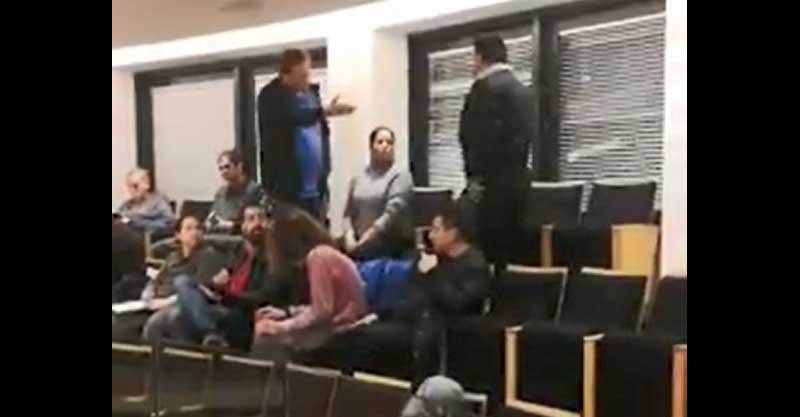 מאבטחים מוציאים את סוזי נדב באולם ישיבת המועצה. צילום דן ברק מחדשות השרון