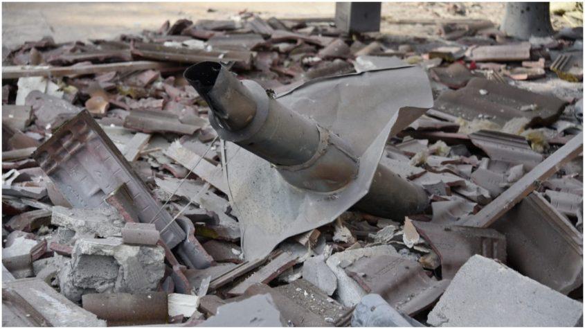 פגיעת הטיל בבית במושב משמרת. צילום משטרת ישראל
