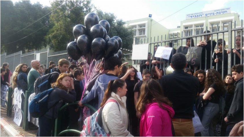 מחאת החולצות השחורות של תלמידי חטיבת הנגיד. צילום: באדיבות ההורים והתלמידים