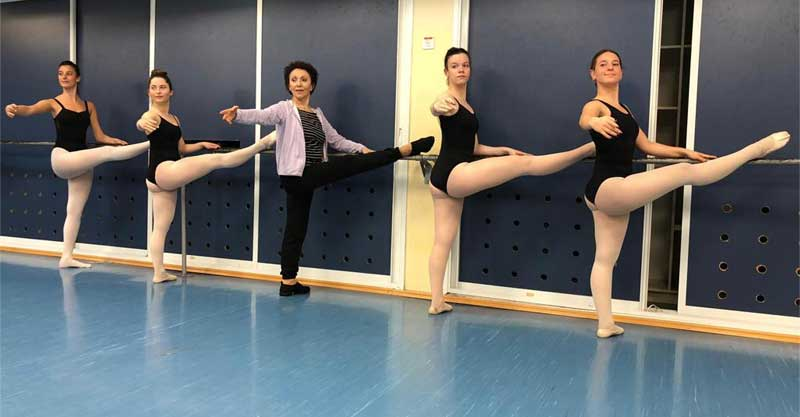לאה מנור (במרכז) ותלמידותיה. מימין לשמאל: נעה קליין, אלמוג לוי, ויויאן קופרמן, ניב הראל