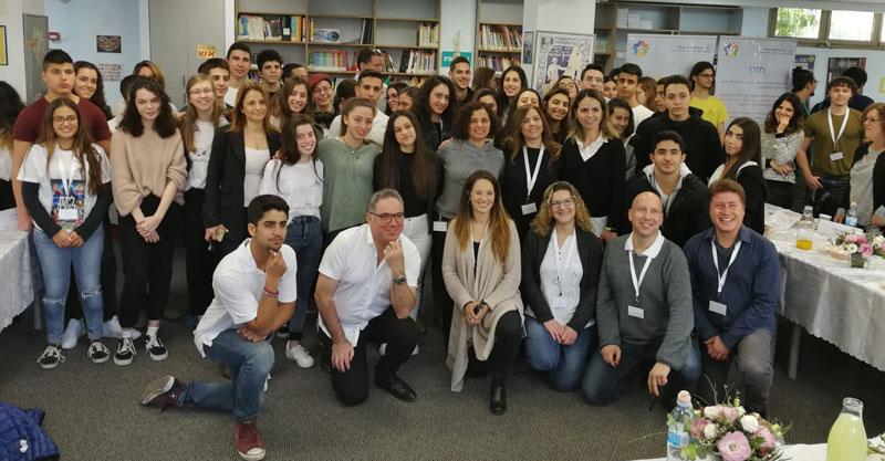 צוות תיכון ראשונים ותלמידים שהשתתפו בוועדת הפרס. קרדיט דוברות עיריית הרצליה