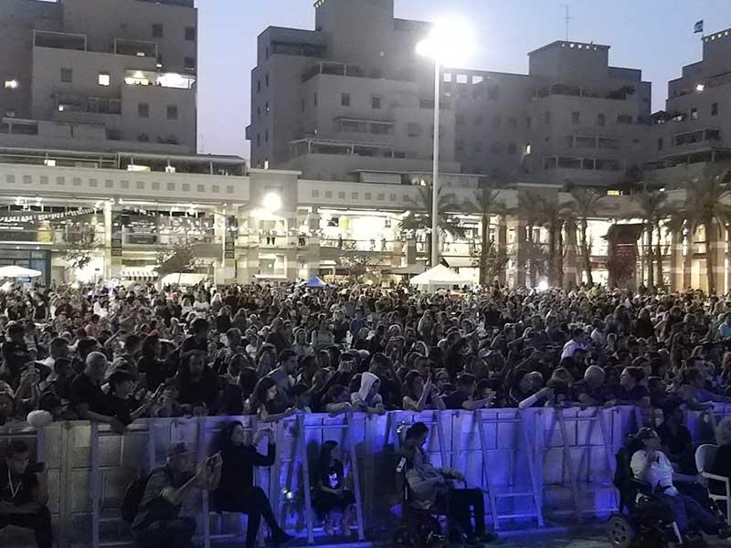 אלפים הגיעו לחגיגות המימונה בכיכר העיר. צילום דוברות עיריית כפר סבא