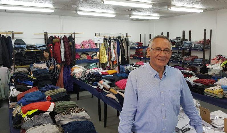 משה פדלון בחנות העירונית חלוקת הבגדים לנזקקים