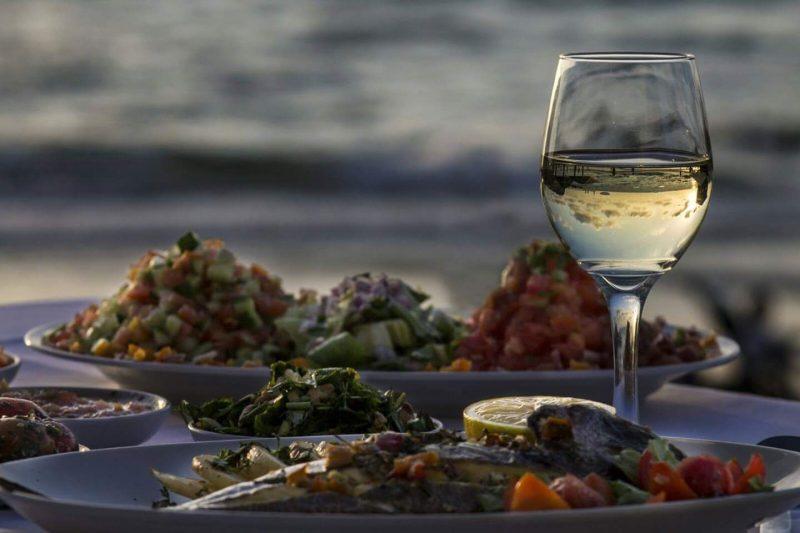 אין כמו כוס יין טובה אל מול השקיעה בים