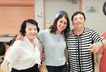 עדי ארמן עם ניצולת השואה יהודית (משמאל) וניצולה נוספות