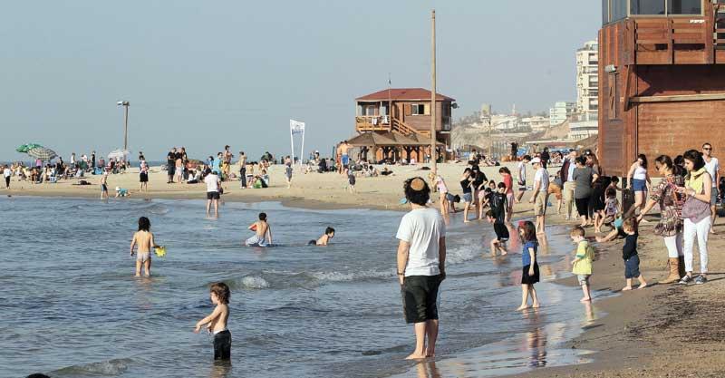 חוף אכדיה הרצליה. צילום עזרא לוי