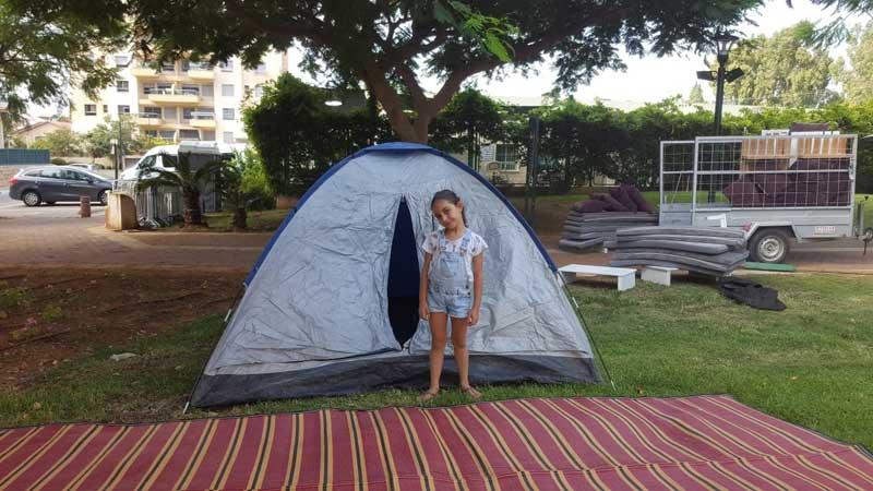 אראל ברייט מקימה את האוהל הראשון בקמפינג של שנה שעברה