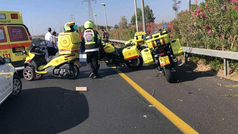 """רוכב אופנוע שנפגע מרכב בכביש 20 ממחלף גלילות מזרח לכיוון שבעת הכוכבים. צילום תיעוד מבצעי מד""""א"""