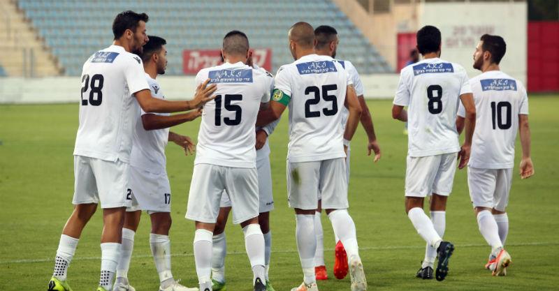 שחקני מכבי הרצליה חוגגים את השער של אמיר לביא