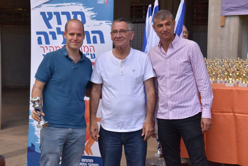 ראש עיריית הרצליה משה פדלון (במרכז), סגנו עופר לוי (מימין) ונציג משפחת אבני, אביב אבני