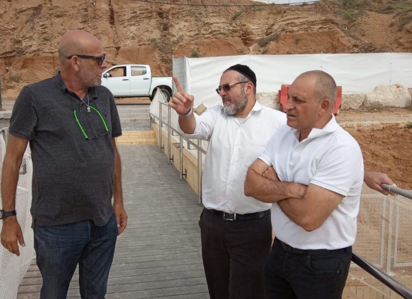 """מימין: מנהל אגף שאיפ""""ה בעיריית הרצליה רוני גאון, אלעד צדיקוב ומנהל החופים שמוליק לין"""