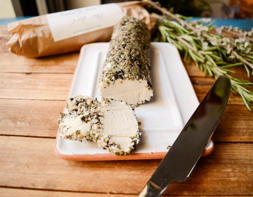 רול גבינות קשיו גלילית פרוביוטית עם תבלינים- מתוך סדנת הגבינות. קרדיט: Plenty