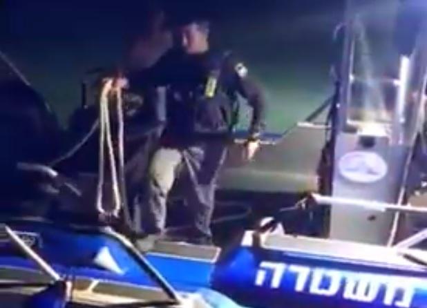 חילוץ דייגים שסירתם התהפכה מול הרצליה. צילום משטרת ישראל
