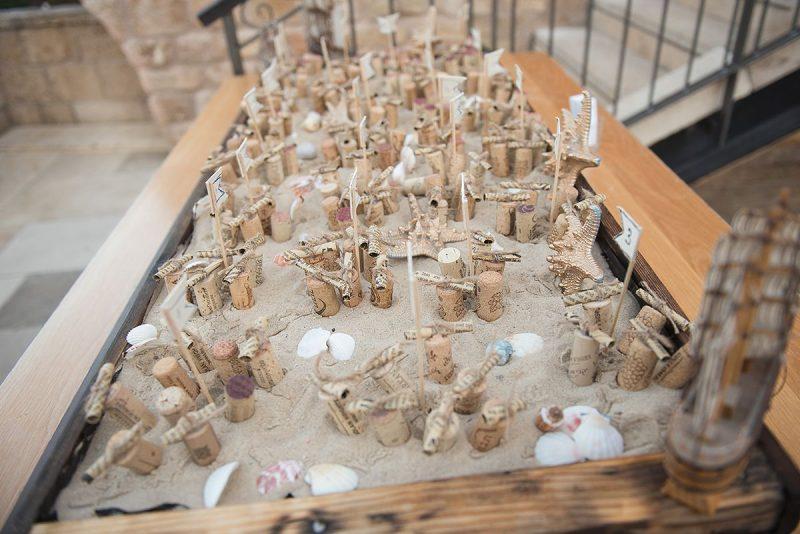 קונסטרוקציה יצירתית בקבלת הקהל הבנויה מחול, כוכבי ים ומכתבים בבקבוקונים לפתקי הושבה. צילום: LUZ
