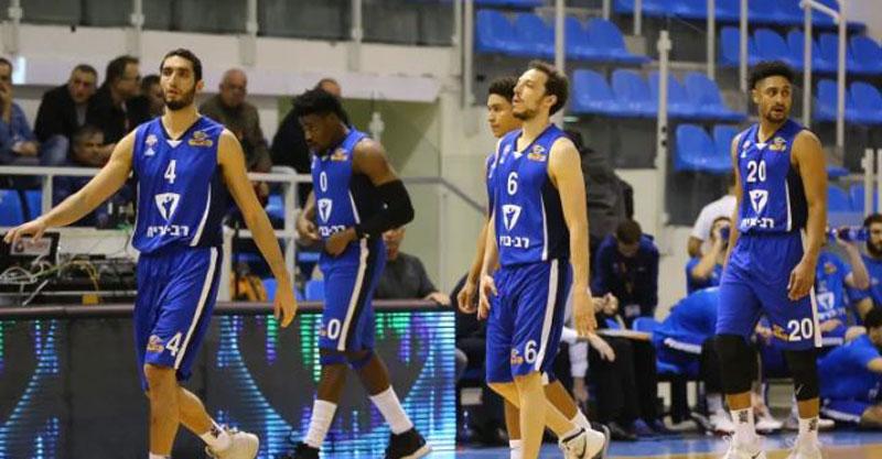 שחקני בני הרצליה אחרי ירידת הליגה. צילום: לירון מולדובן, באדיבות מנהלת הליגה בכדורסל