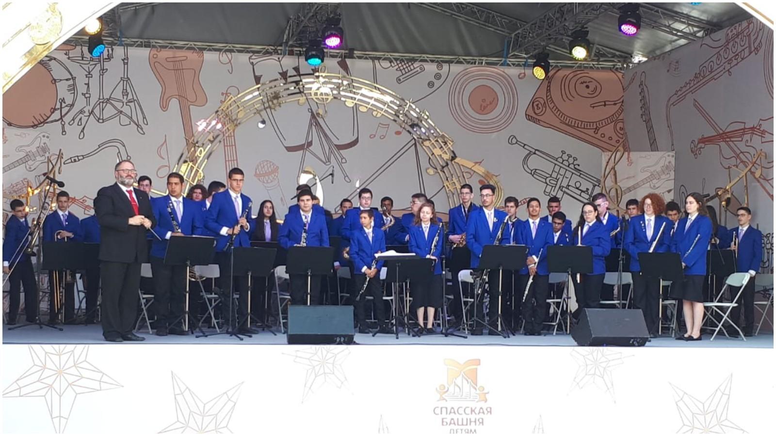 תזמורת הנוער העירונית של הרצליה בכיכר האדומה במוסקבה. צילום שיר-לי גרינברג