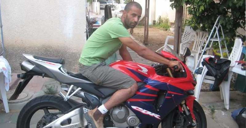 """חגי נדלר ז""""ל על האופנוע שלו"""