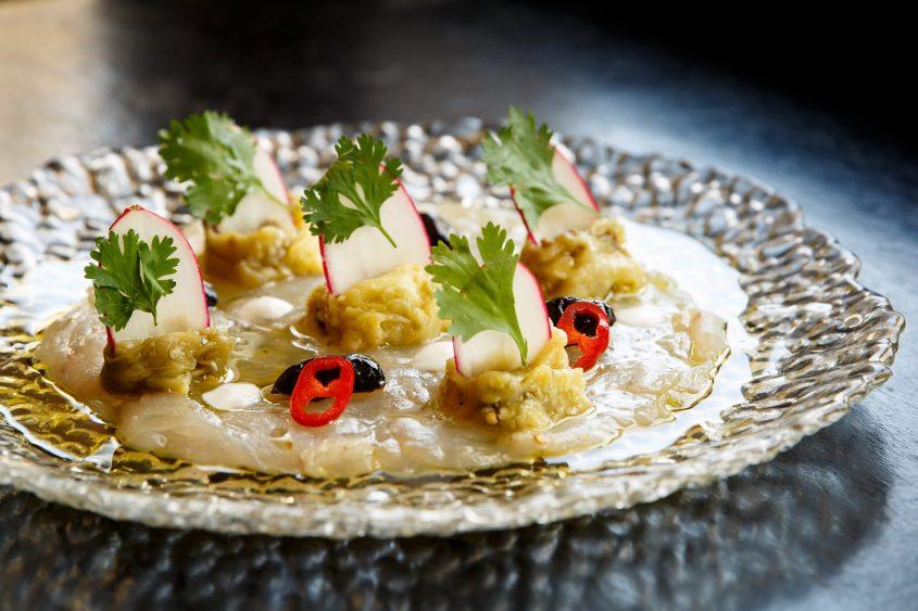 קרפצ'יו מוסר ים, זיתים מרוקאים, צנונית, צ'ילי אדום, צנונית, יוגורט עיזים. צילום: מתן כץ