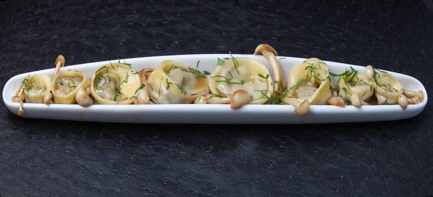 טורטליני זנב שור בבישול ארוך עם ירקות שורש פטריות שימאג'י דמי גלאס ופטרוזיליה קצוצה. צילום: מיכאל רייכמן