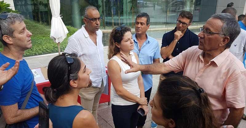ראש עיריית הרצליה משה פדלון מדבר עם המפגינים