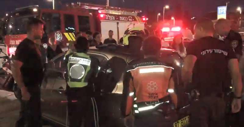 חילוץ תינוקת מרכב נעול ברחוב הנדיב בהרצליה. צילום אסף אמר