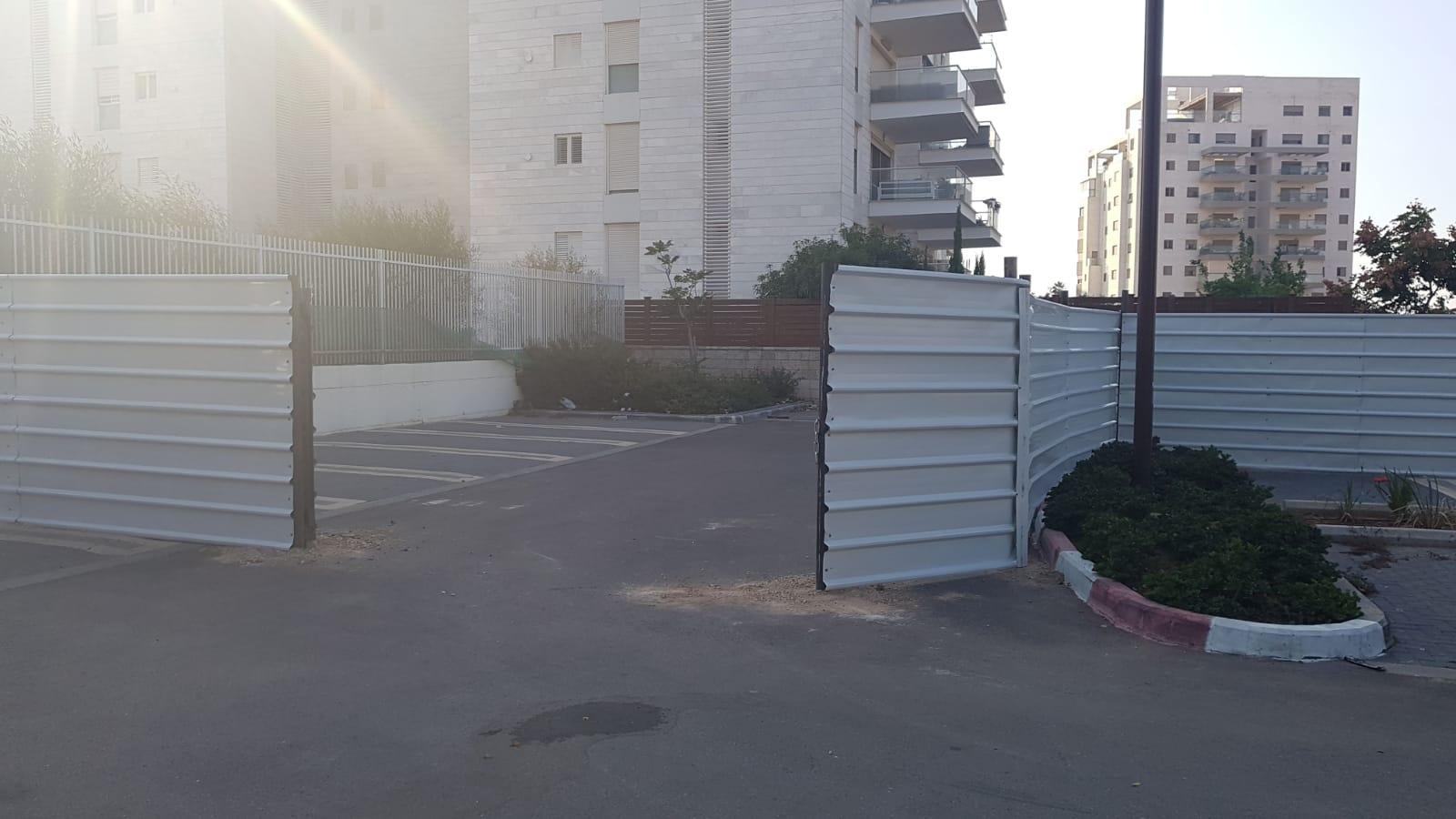 הגדר שהוצבה במקום שבו אמורות להתבצע העבודות. צילום באדיבות ההורים