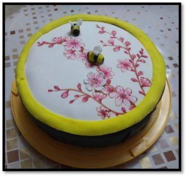עוגת דבורים ושזיפים. צילום עצמי