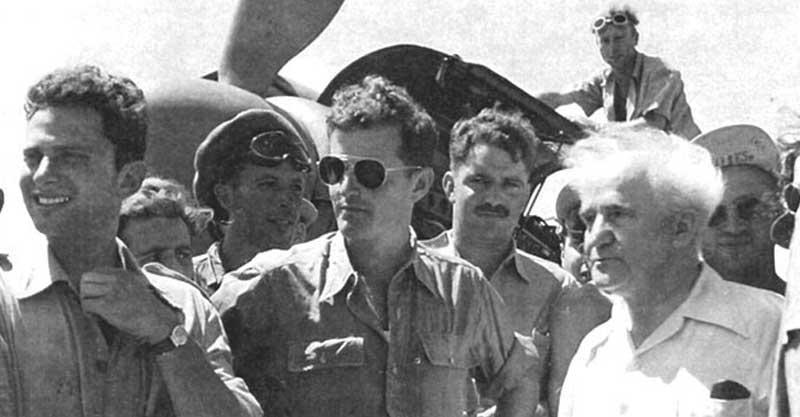 מודי אלון (במרכז) בחברת בן-גוריון, אוגוסט 1948. צילום לא ידוע
