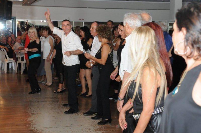 מוטי אורן מלמד ריקודי שורות. צילום עצמי