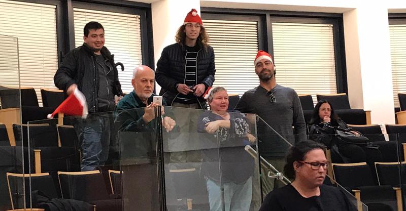 פעילי הרצליה חופשית בכובעי סנטה. קרדיט הרצליה חופשית