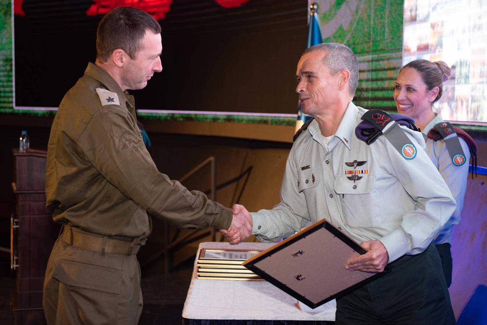 """רס""""ן במיל' זוהר קופרברג מקבל את תעודת ההצטיינות מאלוף יואל סטריק. צילום דובר צה""""ל"""
