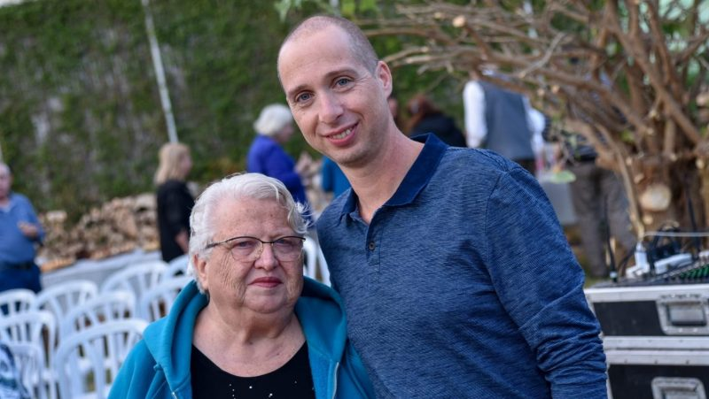 חיים איסרוביץ ודודתו מרים לימונד. צילום: עיריית הרצליה