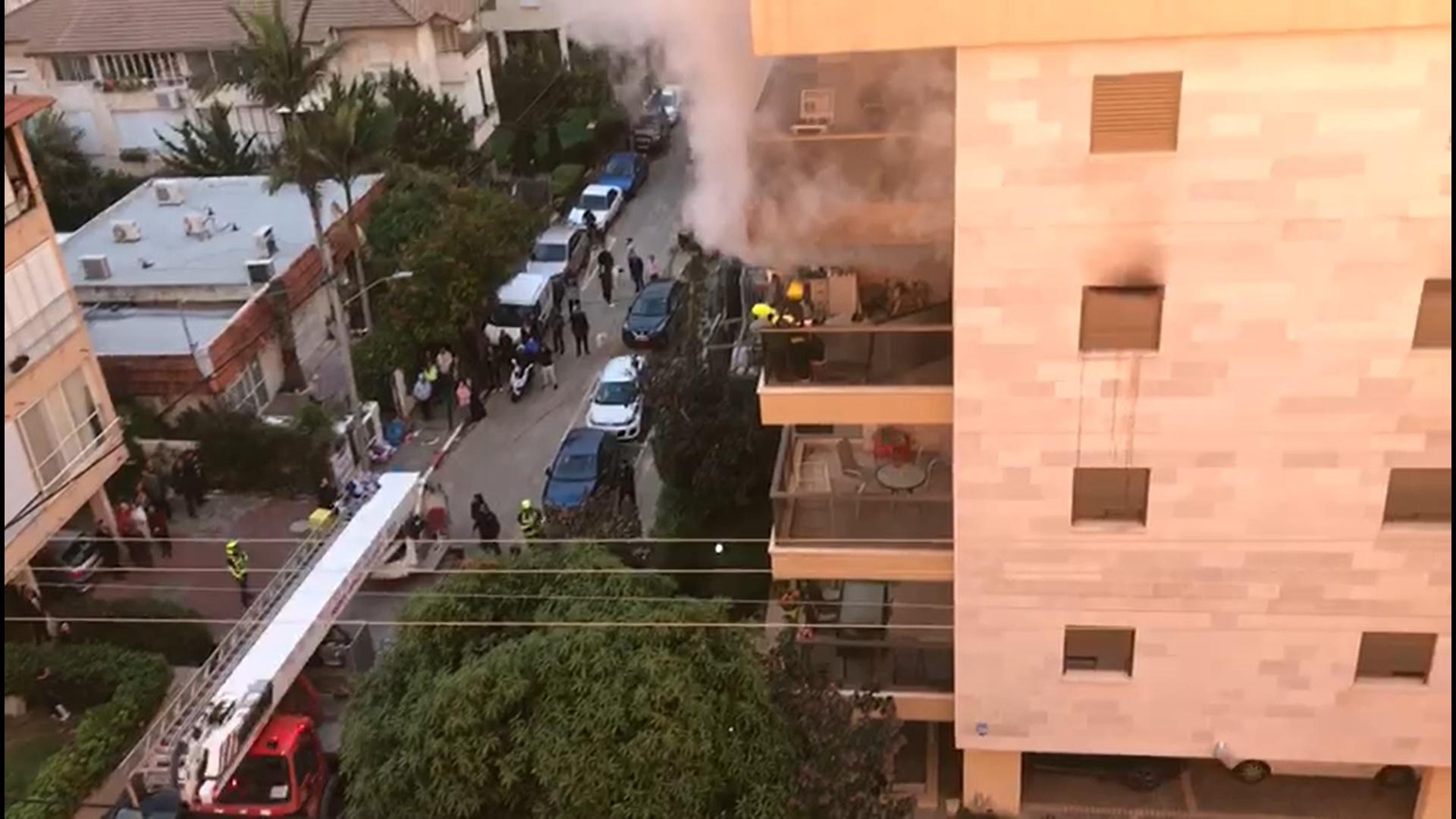 השריפה ברחוב סירקין בהרצליה (צילום באדיבות המוקד העירוני)