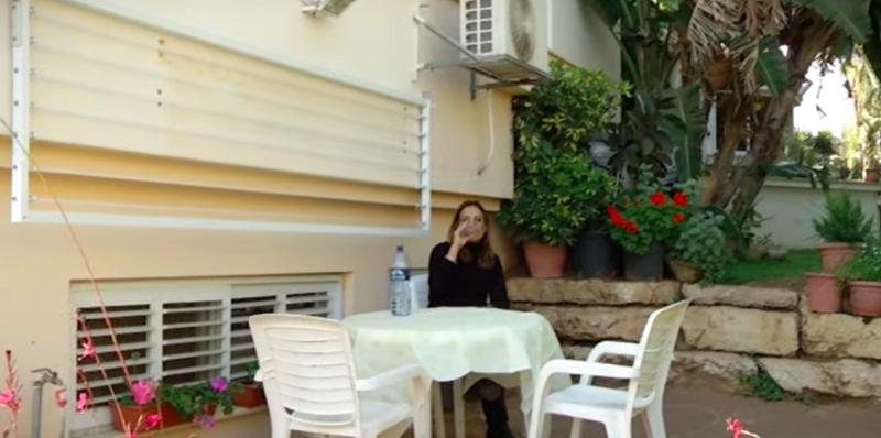 מתלה כביסה מתקפל לתלייה מול קיר של יגאל מרקוביץ': חוסך מקום ובטיחותי. צילום עצמי