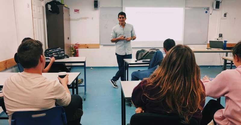 עומר פרץ בהדרכה של חינוך פיננסי בתיכון הנדסאים