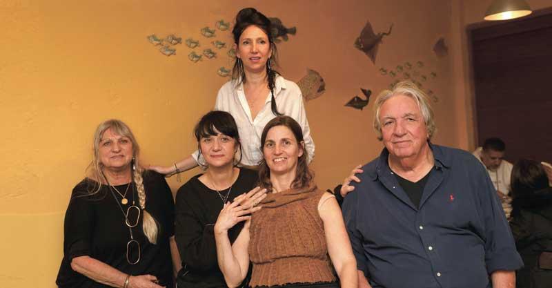 שורי בורי. מימין: משה לוי, עדי לוי, מיכל לוי (עומדת), הילה בשן ושקי לוי. צילום עזרא לוי