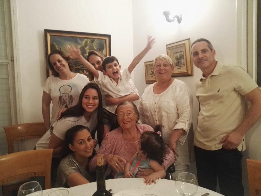 מימין לשמאל: אלעד , שולמית, רוי, חן, אליאור, על סבתא יושבת קים ולצדה טל ושירי. באדיבות המשפחה