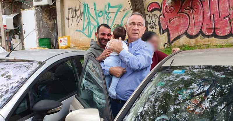 משה פדלון והתינוק שננעל ברכב. צילום: הרצליה העיר שלי