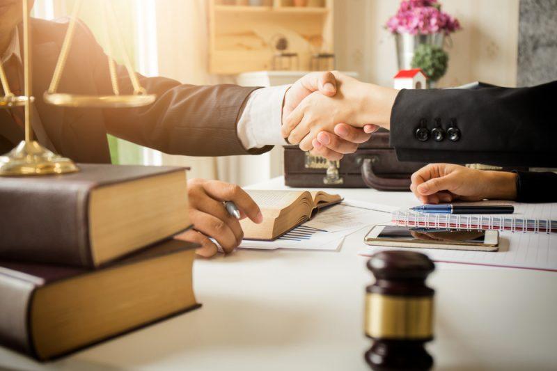 עורכי דין בשרון (צילום: By PhuShutter, shutterstock)