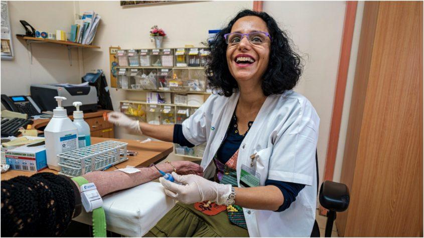 האחות טלי שלומי במרפאת כללית בנווה עמל. צילום: ראובן שלומי
