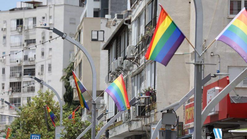 דגלי גאווה בהרצליה. צילום באדיבות דוברות העירייה