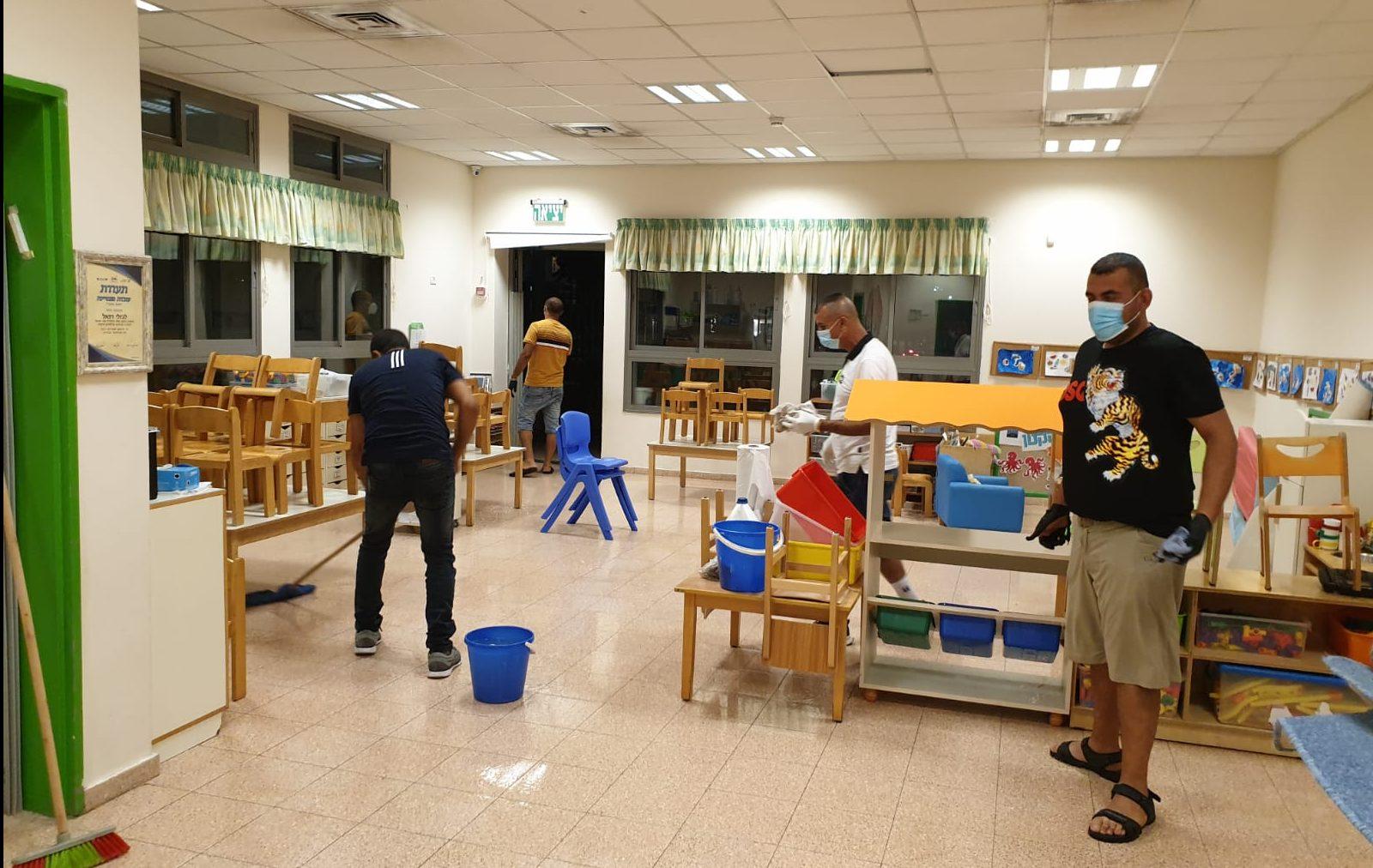 צוותים עירוניים מחטאים את מעון קשת. צילום דוברות עיריית הרצליה
