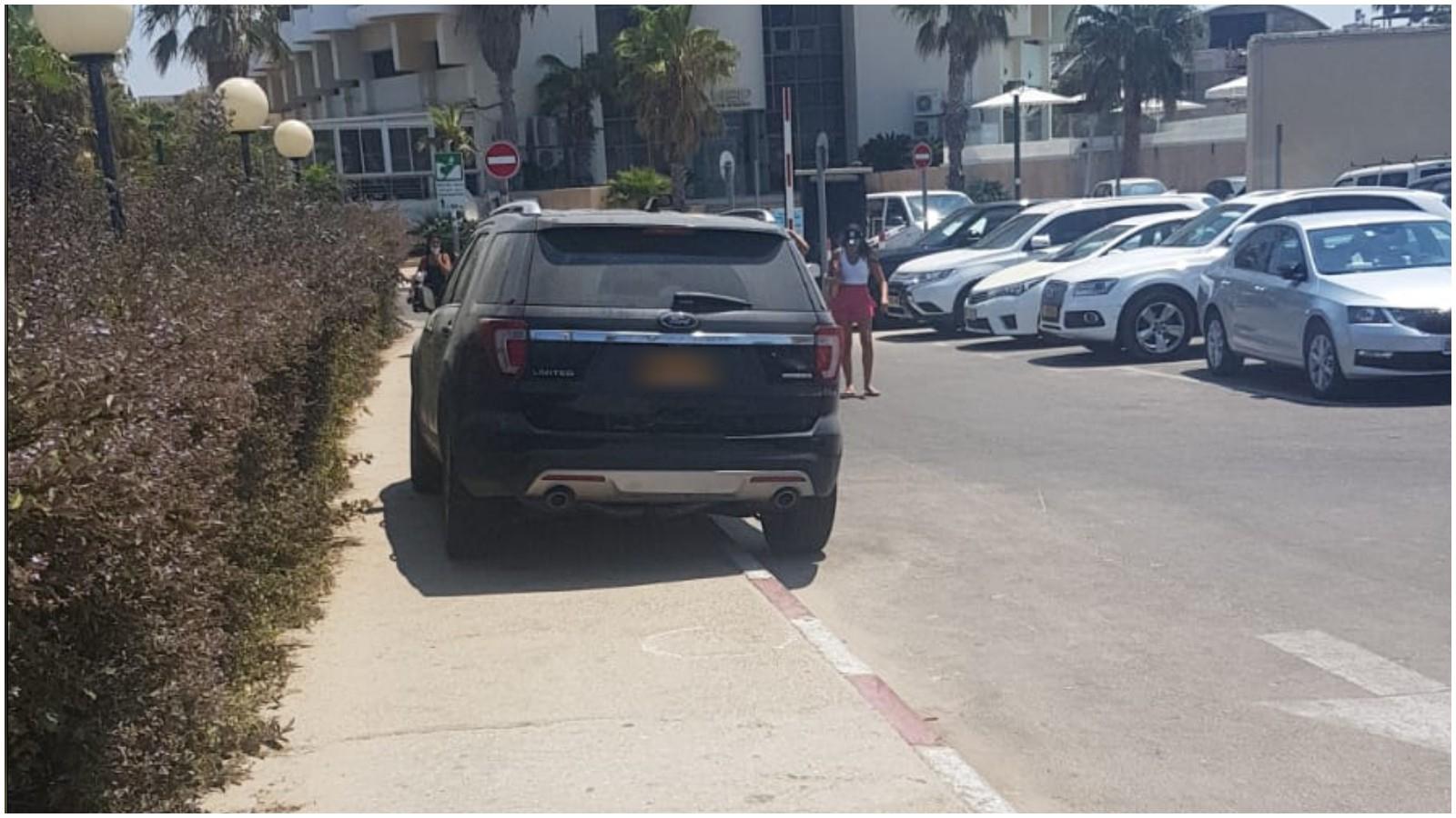 רכב חונה על המדרכה בכביש המוביל למלון דן אכדיה