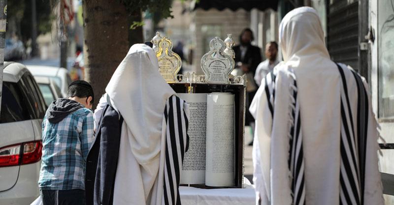 תפילה בעידן הקורונה. צילום עופר וקנין