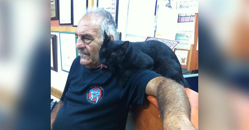 דניס הנובר ואחד מחתוליו. צילום פרטי