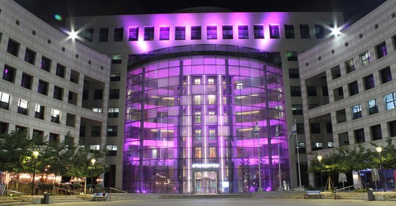 בניין עיריית הרצליה מואר בוורוד. תמונת ארכיון. צילום באדיבות העירייה
