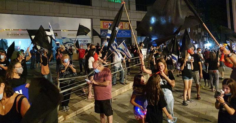 הפגנה נגד נתניהו ברחבת בניין עיריית הרצליה. צילום יורם זינגר